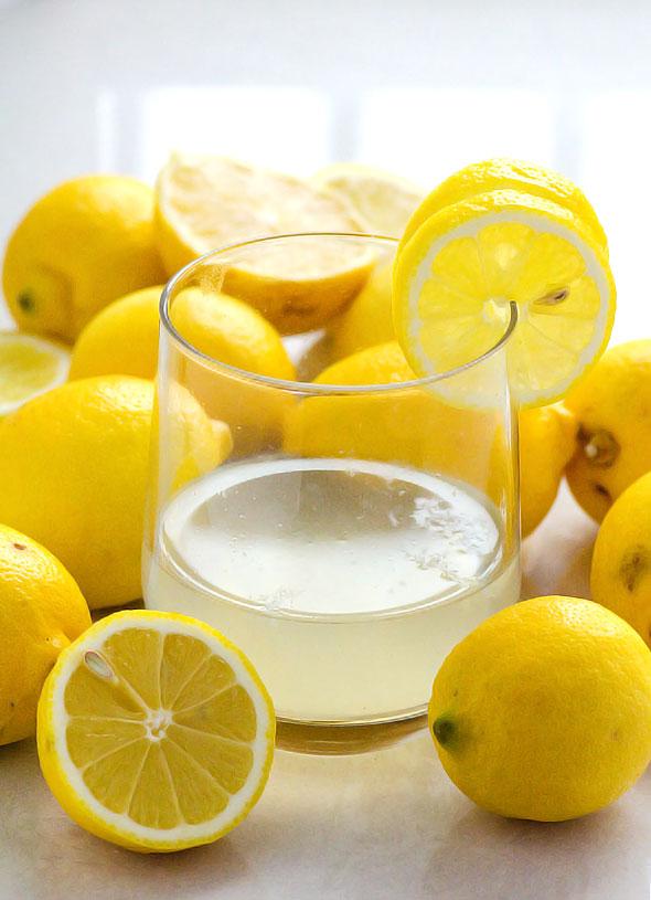 В чем польза воды с лимоном натощак