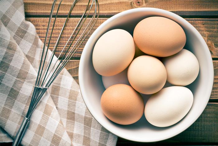 Яйца с венчиком на доске