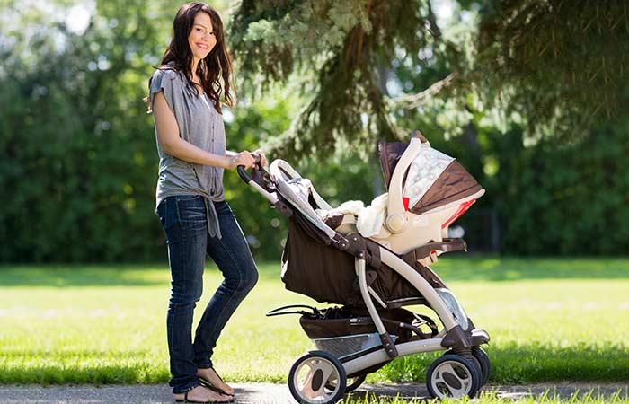 Девушка гуляет с коляской