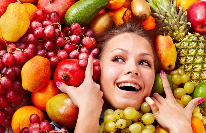 Девушка в фруктах