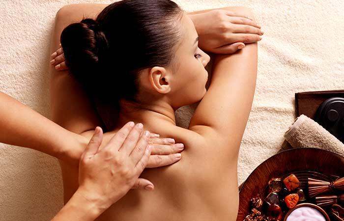 Девушке делают массаж