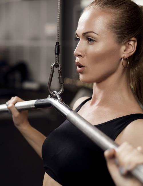 девушка тренируется