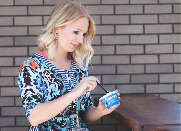 девушка ест йогурт