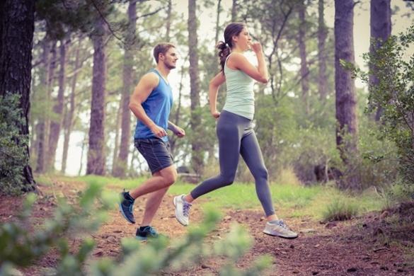 девушка и парень бегут